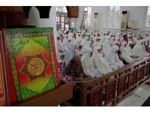 Muslims celebrate Eid al-Fitr amid coronavirus measures